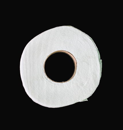 toilette paper: papel higi�nico aislado en negro