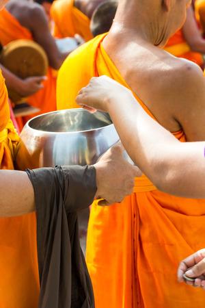 limosna: Cuenco de las limosnas del monje budista, tailandia