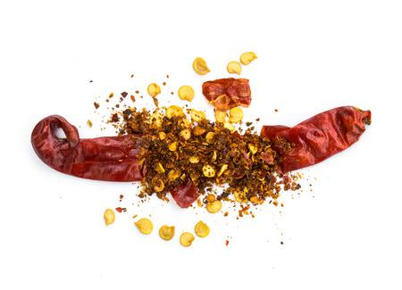 chiles secos: pila pimienta roja molida, hojuelas de chile seca y semillas aisladas sobre fondo blanco Foto de archivo