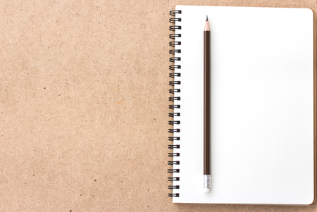 Open Small notepad with pencil and on wood background Foto de archivo