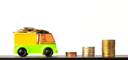 お金、金融、ビジネスの成長概念、トラック提供ホワイト バック グラウンド、ビジネス銀行口座および輸送お金通貨の概念上のコインの履歴を送 写真素材