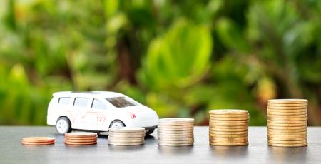 積層コインの多くの車。自動車、自動車製造業者のための利益の減少 写真素材