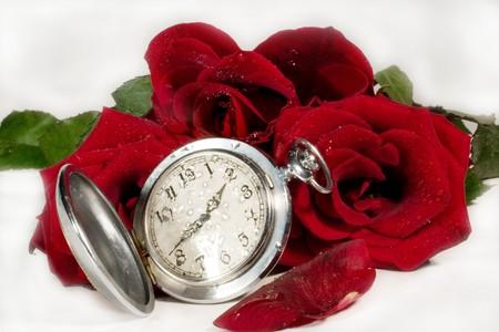 Objetos de reloj de bolsillo y capullos rosa roja y p�talos con gotas de agua (que simboliza Tiempo de Amor) Foto de archivo - 3961101