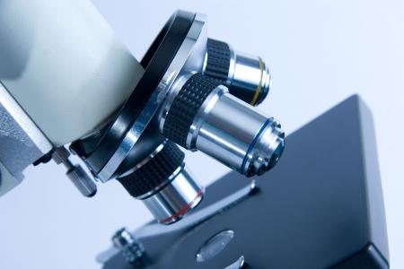 microscopio: Detalle de objetivos de microscopio (en tonos azules)