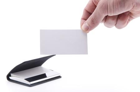 tenedores: Una tarjeta de papel en blanco (aislada en blanco), con un mont�n de tarjetas de papel de mano en el titular de la tarjeta de presentaci�n en segundo plano