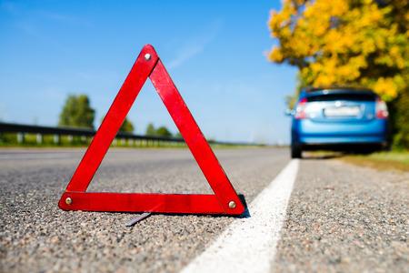 Arresto di emergenza in segno di sfondo con auto blu rotta Archivio Fotografico - 45609396