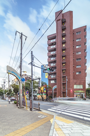 Metal portal that marks the entrance to Nipporis textile district, which stretches more than a kilometer and brings together more than 80 wholesalers of Japanese and Western fabrics in the Arakawa district of Tokyo. Redactioneel