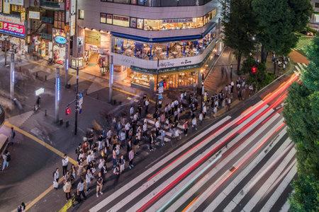 Tokio, Japonia - 10 października 2018 r.: Skrzyżowanie dla pieszych przy wejściu do ulicy Sunshine 60 łączącej stację Ikebukuro i prowadzącej do miasta Otaku Otome Road.