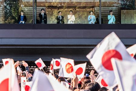 Tokyo, Japon - 02 janvier 2020 : Apparition à l'occasion du Nouvel An de Leurs Majestés l'Empereur et l'Impératrice du Japon accompagnés du jeune frère et de sa famille sur le balcon de la salle Chowa-Den du Palais impérial de Tokyo pour saluer