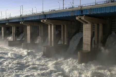 volzhskiy: L'acqua che scorre su di alluvione porte di una diga