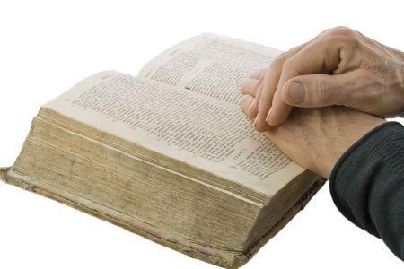 predicatore: Maschio mani chiuse in preghiera sulla Bibbia aperta isolati su bianco Archivio Fotografico