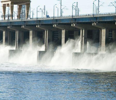 volzhskiy: Reimpostazione di acqua presso hidroelectric power station sul fiume  Archivio Fotografico