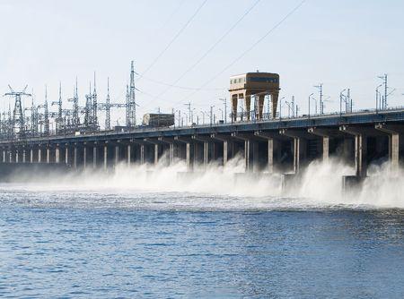 volzhskiy: Reimpostazione di acqua alla stazione di potenza di hidroelectric sul fiume  Archivio Fotografico