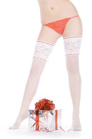 wonderfull: Maravilloso piernas femeninas en medias blancas sobre el regalo de Navidad  Foto de archivo