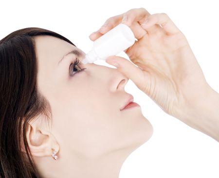 oculista: ojo de goteo de mujer con gotas para los ojos  Foto de archivo