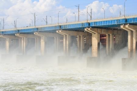 volzhskiy: Ripristino d'acqua a centrale idroelettrica sul fiume Archivio Fotografico