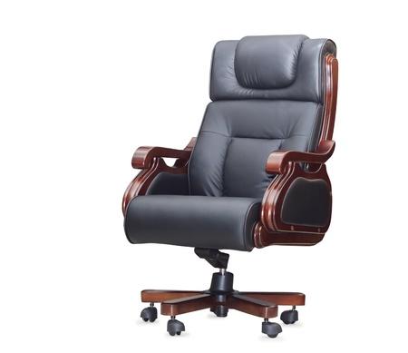 La chaise de bureau en cuir noir. Isolé
