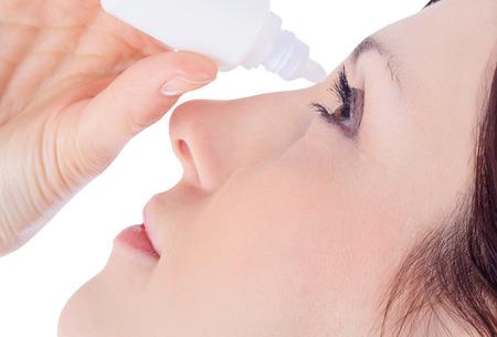 beautiful eyes: Frau tropfenden Auge mit Augentropfen