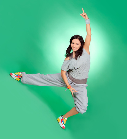 Atractiva hembra joven en el estiramiento largo de color verde