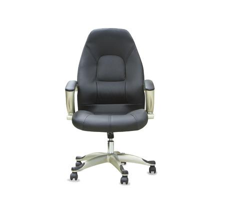 La silla de oficina de cuero negro. Aislado
