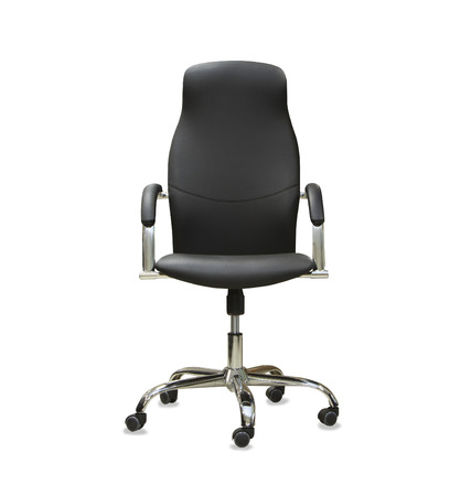 ejecutiva en oficina: La silla de oficina de cuero negro. Aislado Foto de archivo