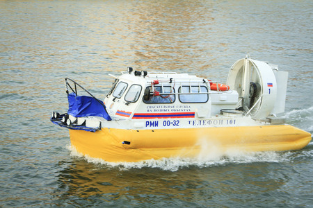 aéroglisseur: Moscow, Russian Federation - February 05, 2016: Boat on the Russian Emergency Ministry air cushion floats down the river