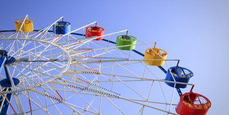 Underside view of a ferris wheel over blue sky Imagens