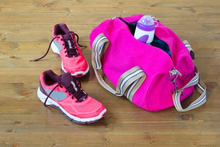 Tas voor de sport op de vloer Stockfoto