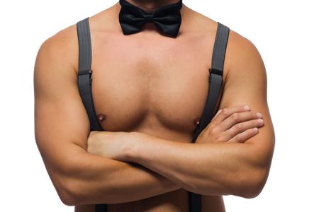 nackte brust: Mann verschränkte seine Arme über seine nackte Brust für den Hintergrund
