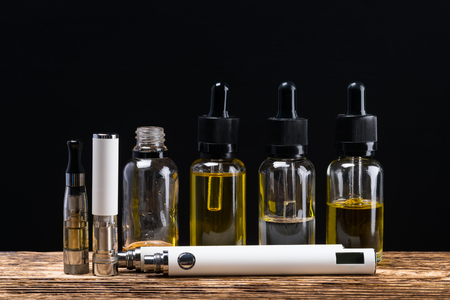 검은 배경으로 새 전자 담배 비문에 대한 장소 스톡 콘텐츠