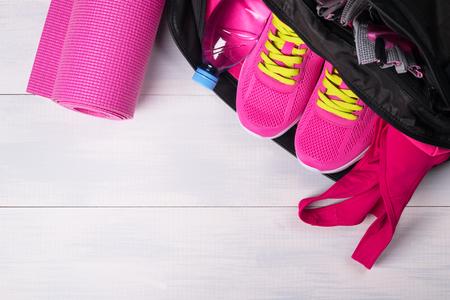 ピンクの灰色のボードの背景にスポーツ バッグのセット 写真素材