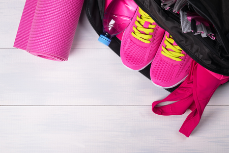Roze in een sporttas op een grijze bord achtergrond Stockfoto