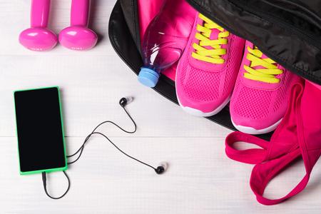 スポーツ バッグにセットとスポーツのための音楽から灰色基板上美しいスポーツ コンセプト