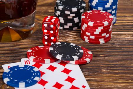Hölzerner Hintergrund für Glücksspiel, in Karten und Würfeln Standard-Bild - 85330706
