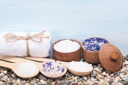 stel zeezout in voor de huid van het lichaam en dingen voor de spa