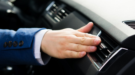 regulation of air flows in a motor vehicle, manually