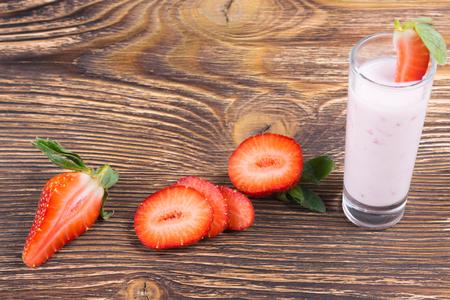 yaourt à la fraise avec de la pulpe sur une planche de bois
