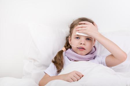 女の子はベッドに横たわっていて、彼女の頭は痛い