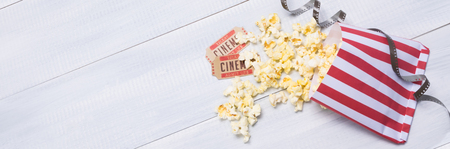 two tickets and popcorn for going to the movies Foto de archivo