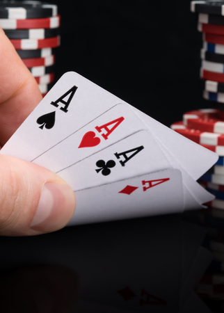 the player looks at his cards and sees the victory in poker Reklamní fotografie