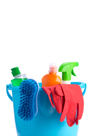 in a blue bucket, multicolored bottles, a brush and red rubber gloves, for cleaning surfaces, on a white background, with a place for an inscription Foto de archivo - 124628077