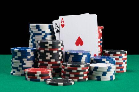Gewinnkarten und Gewinnchips als Hintergrund für einen grünen Pokertisch
