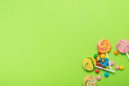 on a light green background confectionery, colored lollipops and jelly beans, on the left, there is a place for the inscription Stockfoto