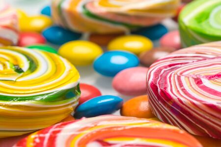 background of caramel and chocolate candies of different tastes and colors, side view Stockfoto
