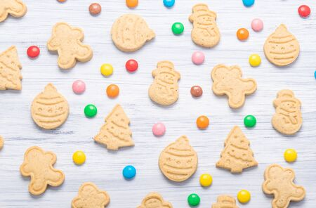 Christmas cookies lies in multi-colored chocolate tablets, a beautiful top view Stockfoto - 134208485