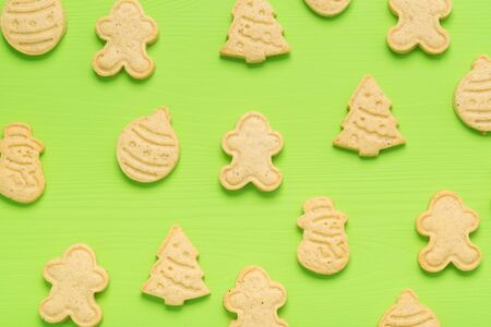 on a green background lies Christmas cookies, top view Stockfoto