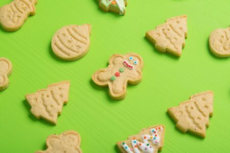 confectionery, gingerbread, neatly laid out, in the form of a Christmas tree, a snowman, on a light green table Stockfoto