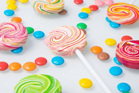 multi-colored lollipops and sweet jelly beans, on a white background Stockfoto