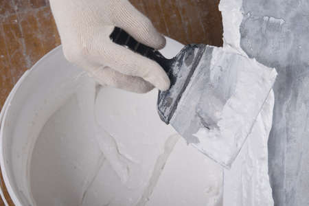 on a large spatula apply a mixture for sealing cracks
