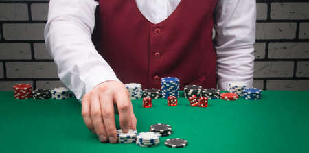 the croupier raises the bet in the table game blackjack Stockfoto